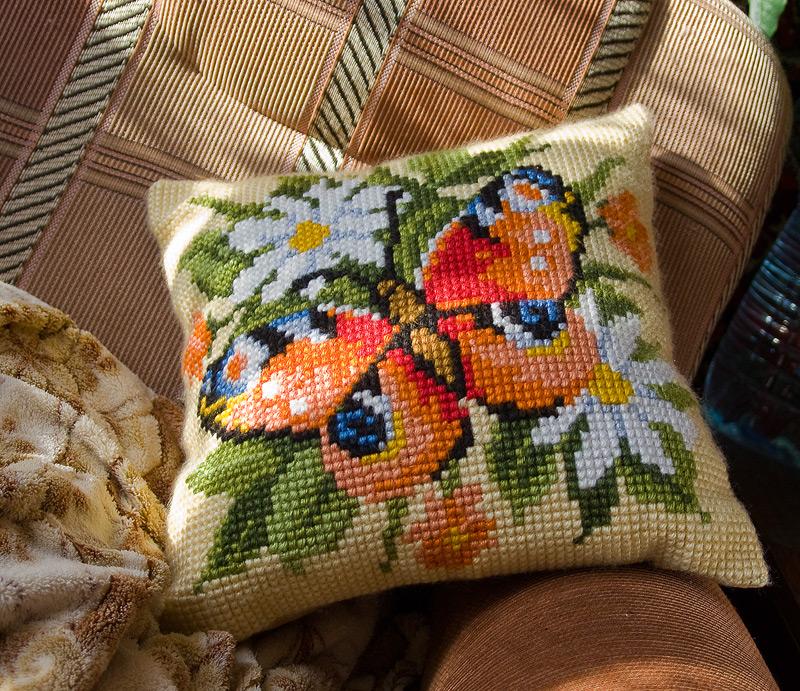 Подушка «Бабочка в ромашках»